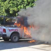 Destrozan oficinas y queman vehículos de la Fiscalía de Guerrero; buscan derrocar a Peña Nieto
