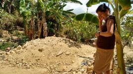 Doña Mary llora frente al montón de tierra que quedó en el lugar donde estaba su casa de madera y cartón, en la comunidad de San José Vista Hermosa, municipio de Iliatenco.  (Fotografía: Jonathan Cuevas/API)
