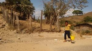 Un menor acarrea agua a su casa ante la falta de servicios básicos en su comunidad, Arcelia del Progreso. (Fotografía: Jonathan Cuevas/API)