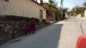 En Igualapa fueron captadas dos niñas con traje tradicional indígena y descalzas, andando sobre las calles de esa cabecera municipal. (Fotografía: Jonathan Cuevas/API)