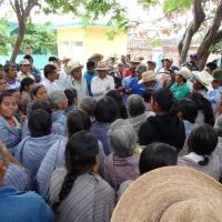 Religiosos y líderes políticos se enfrentan a golpes en Atliaca, Tixtla