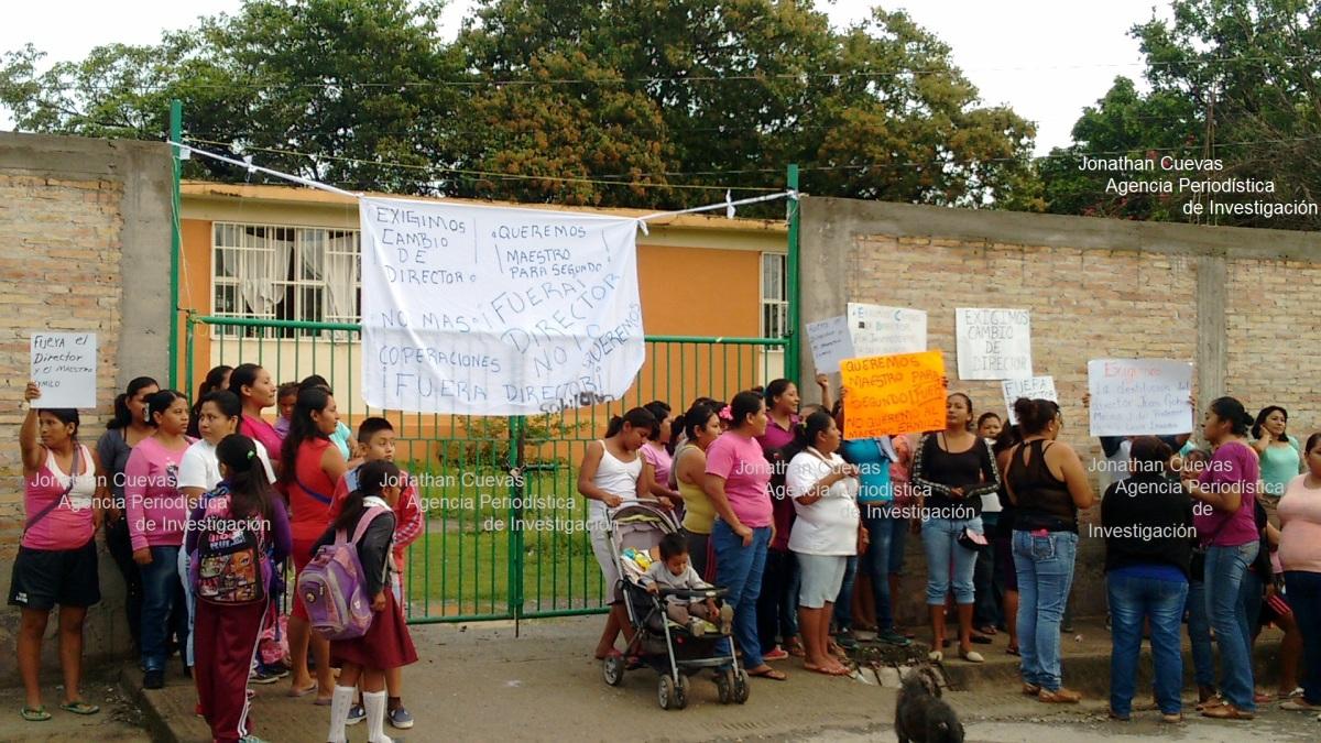 Padres toman primaria de Mezcala; señalan a maestro de acosar sexualmente a alumnas y golpear a los niños