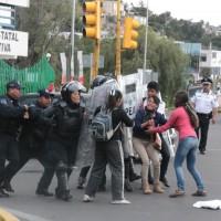 Policías reprimen a normalistas de Panotla y Ayotzinapa, en Tlaxcala