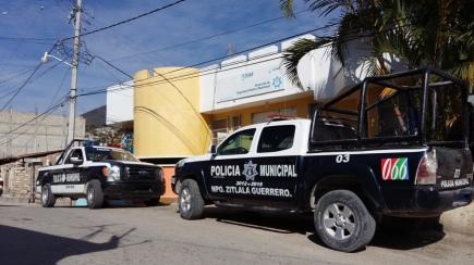 Secretaría de Seguridad de Zitlala, donde solo se observan dos patrullas. (Fotografía: Jonathan Cuevas/API)