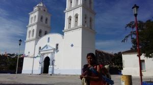 Una mujer indígena camina frente a la Iglesia con su hija y nieta. (Fotografía: Jonathan Cuevas/API)
