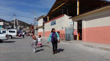 Madre de familia recoge a sus hijos de la escuela, en el centro del poblado. (Fotografía: Jonathan Cuevas/API)
