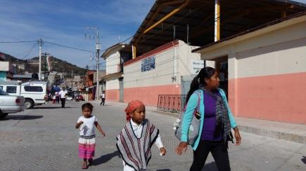 Madre de familia recoge a sus hijos de la escuela, en el centro del poblado.(Fotografía: Jonathan Cuevas/API)
