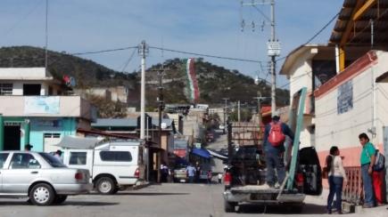 Aspecto de una de las calles céntricas de Zitlala. De fondo el cerro Zitlaltépec, donde cada año piden a los dioses que mande lluvia para tener buenas cosechas. (Fotografía: Jonathan Cuevas/API)