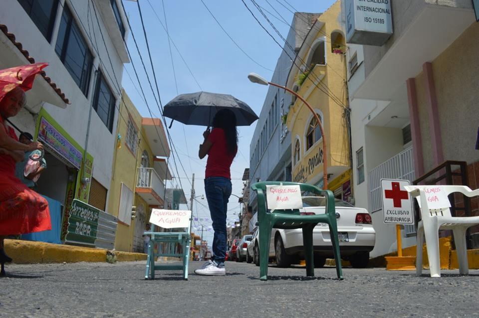 Bloquean calles los habitantes del centro de Chilpancingo; también exigen agua potable